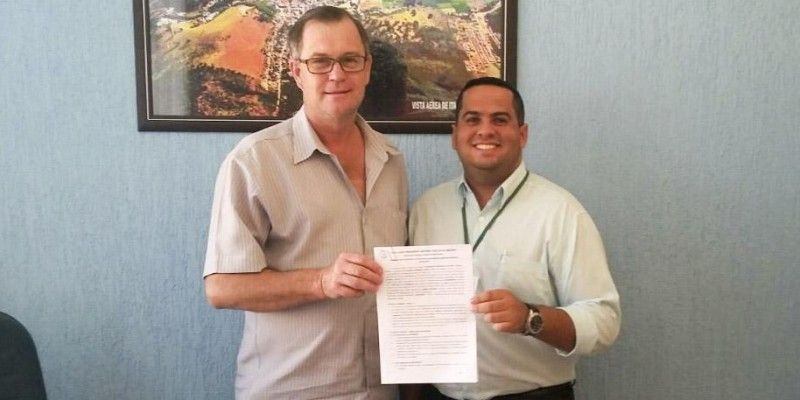 Prefeito Ademar Schneider e o Diretor-Geral da UNIPAC durante a assinatura do Convênio que vai beneficiar servidores municipais.