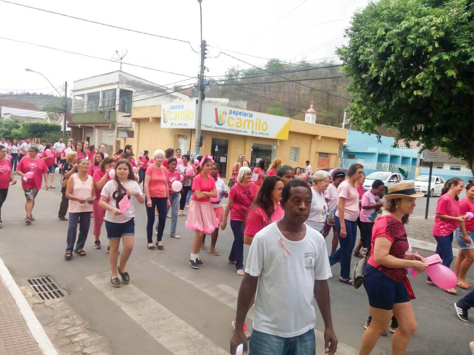 Caminhada do Outubro Rosa mobilizou a cidade nesta sexta-feira (27)