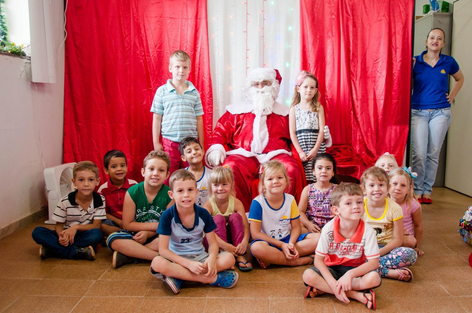 Crianças de escolas municipais receberam presentes do Papai Noel dos Correios