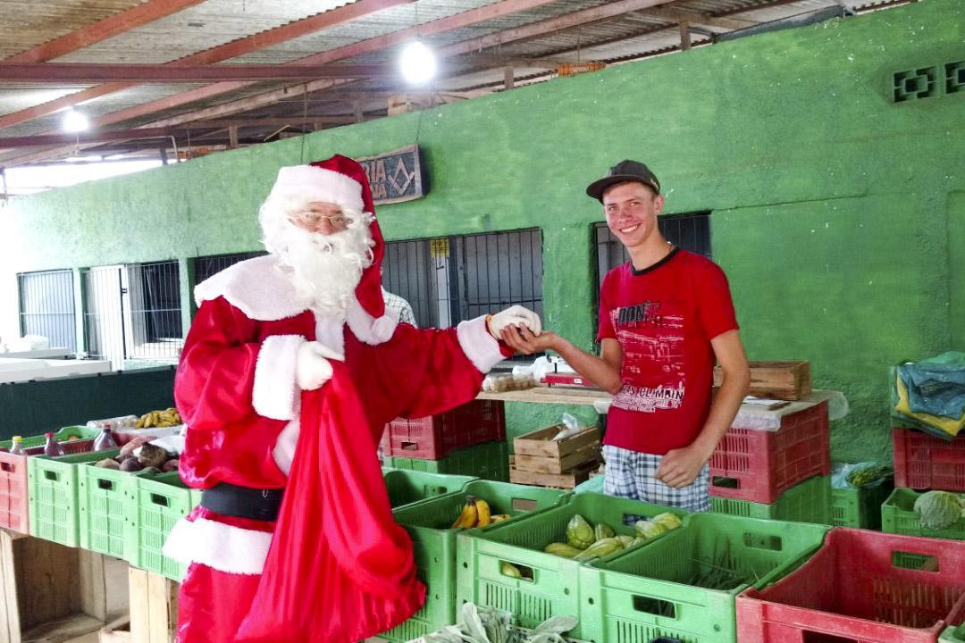 Papai Noel visitou a Feira Livre nesta manhã, programação de Natal continua a noite
