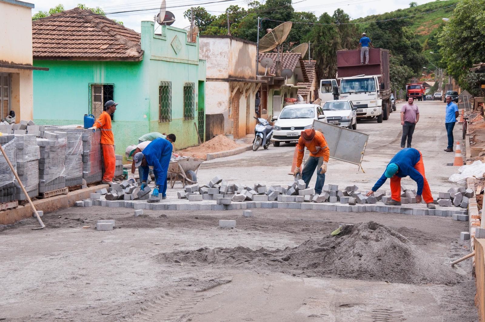 Calçamento da Rua Antônio Ferrari Filho está em fase de conclusão
