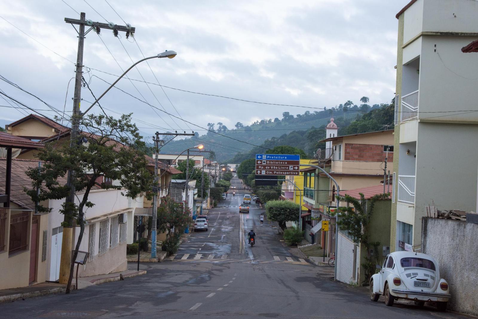 Secretaria de Obras realiza limpeza de ruas e pintura de meios-fios