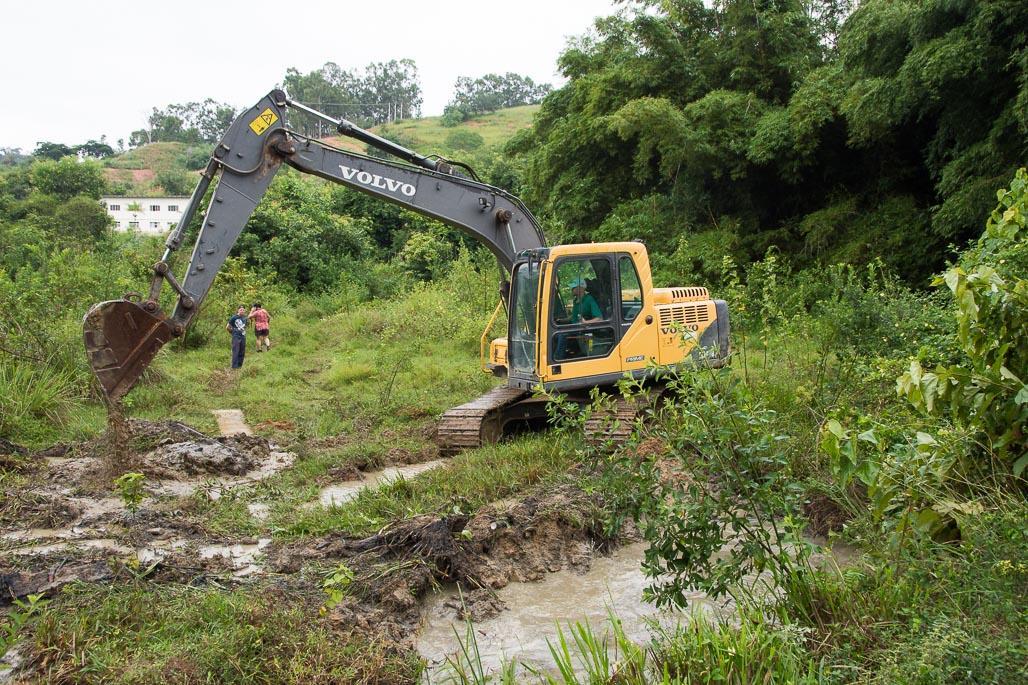 Secretaria de Meio Ambiente realiza limpeza de córrego para diminuir incidência de mosquitos