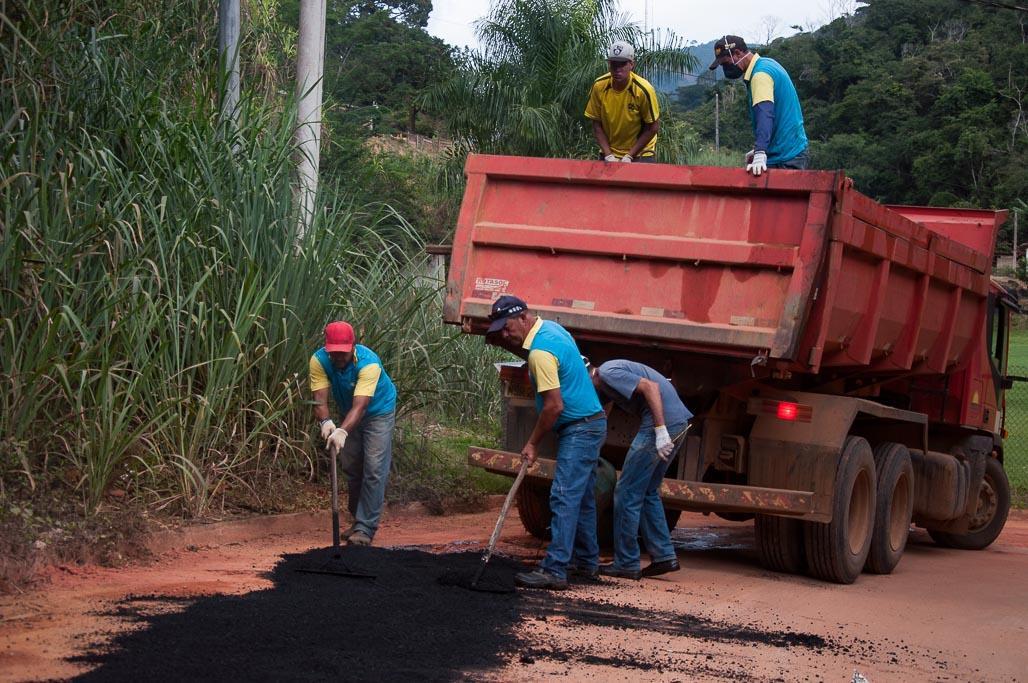 Prefeitura realiza manutenção no asfalto da comunidade de Limoeiro de Santo Antônio