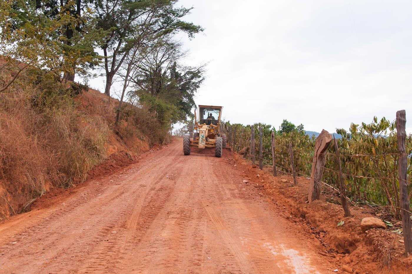Manutenção das estradas: vias começam a receber cascalho