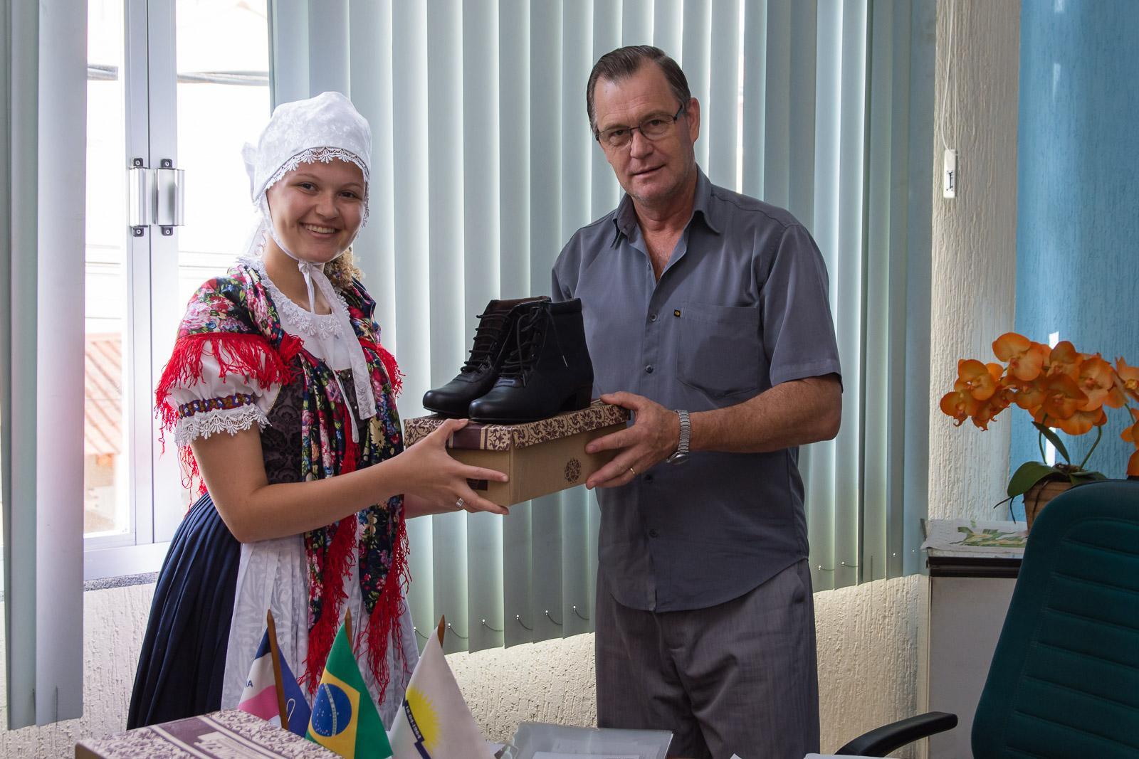 Grupo de Danças Frau Karolin contemplado com novos calçados