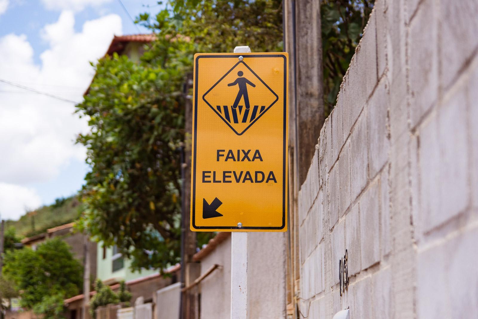 Atendendo à solicitação de moradores, faixas elevadas de Santa Terezinha recebem manutenção