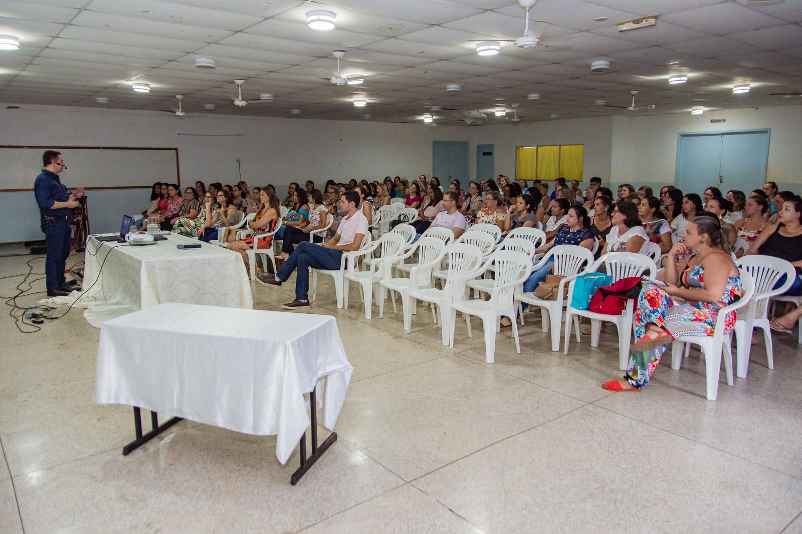 Educação de Itarana inicia ano letivo com palestra motivacional