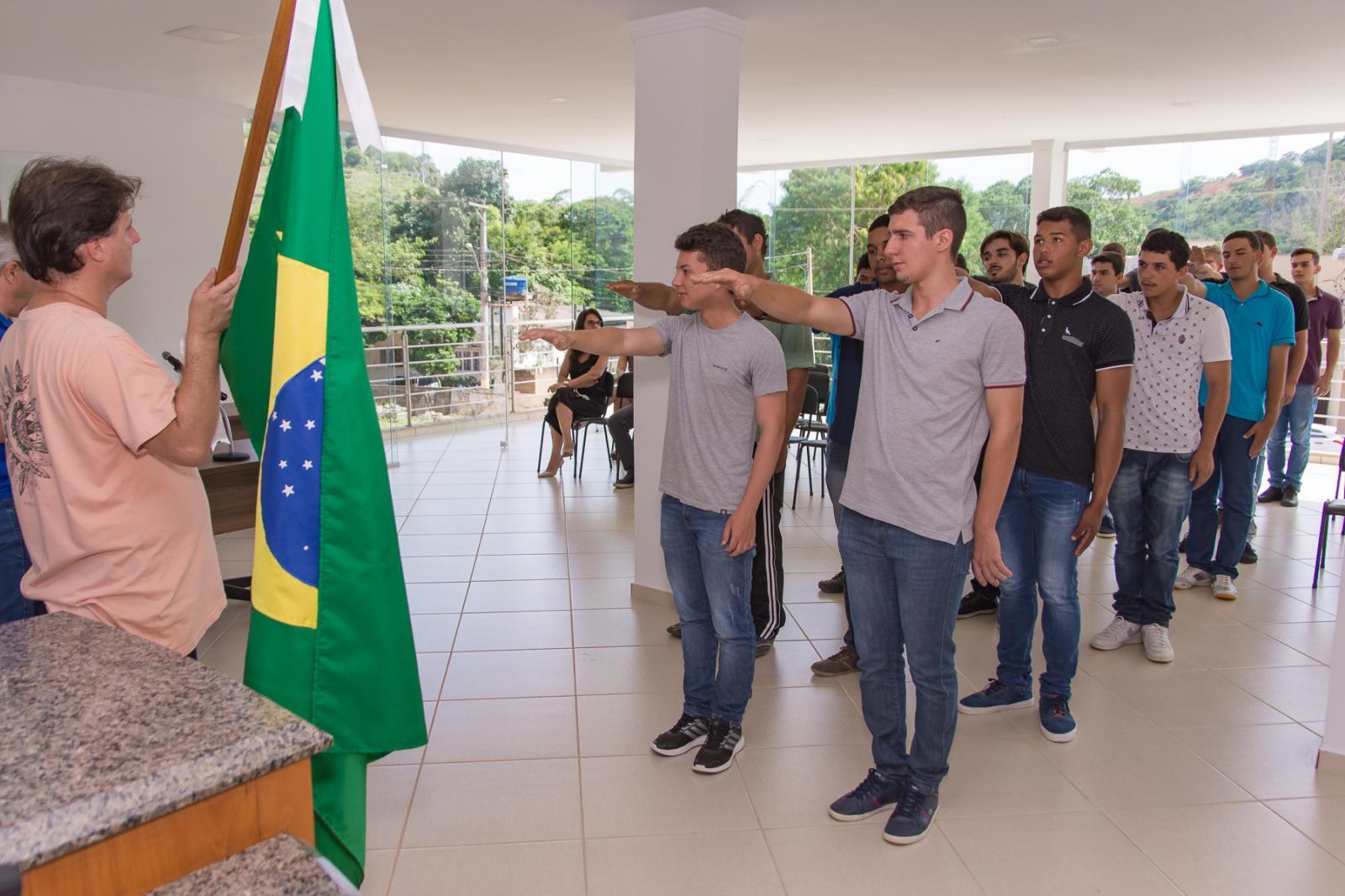 Jovens alistados no Serviço Militar fazem juramento à Bandeira