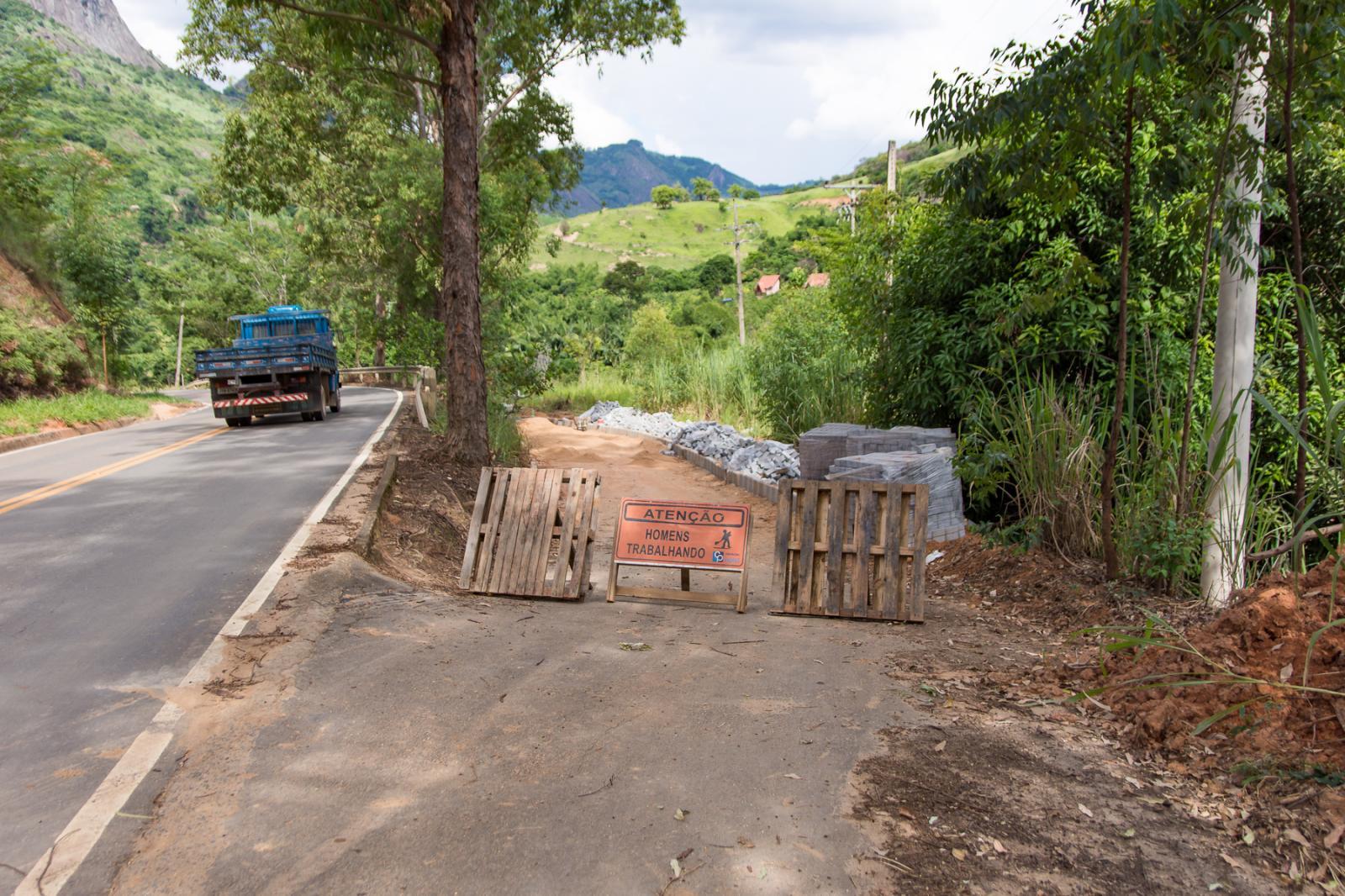 Calçamento Rural iniciou na Praça Oito