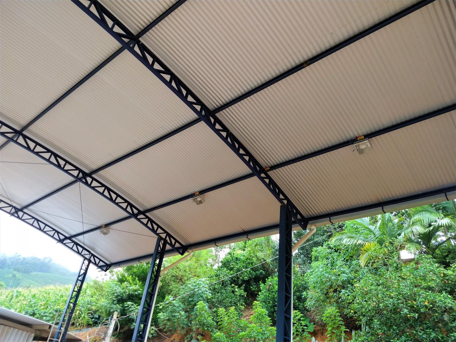 Construção de galpão multiuso em Alto Jatibocas tem melhorado o trabalho dos produtores rurais do município