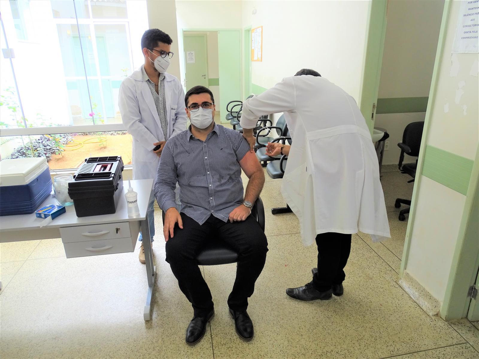 Ivanildes Ferreira Leite é a primeira profissional da saúde a receber vacina contra Covid-19 no município de Itarana