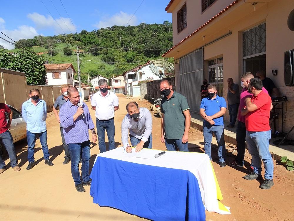 Ordem de Serviço para construção da nova rede de distribuição de água potável do Bairro Cohab é assinada junto à população
