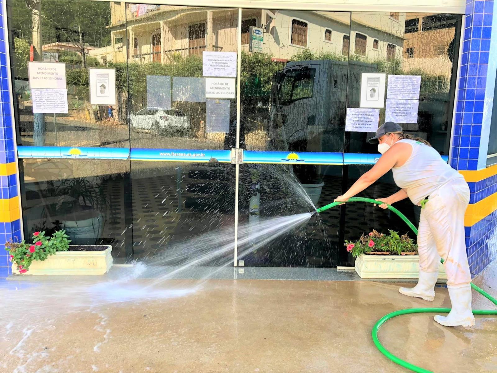 Prefeitura realizou a desinfecção das ruas de Itarana no combate a Covid-19