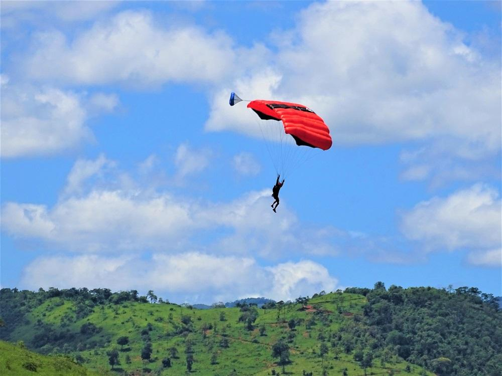 Saltadores de base jump se aventuram na Pedra do Penedo em Itarana
