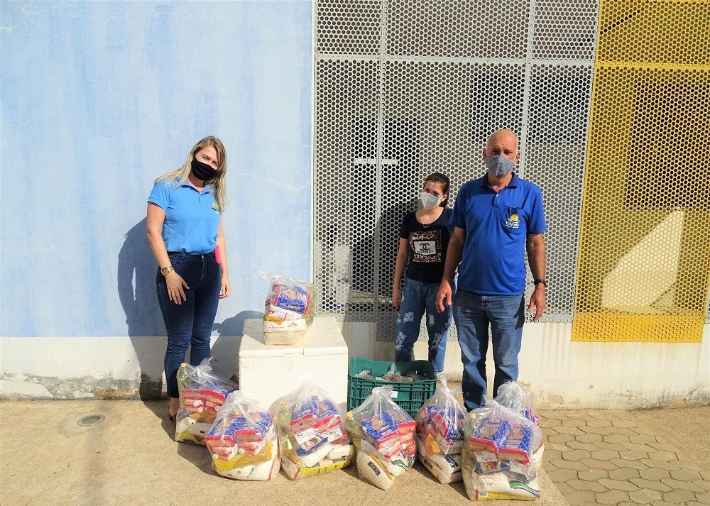 Alunos das escolas municipais de Itarana receberam kits de alimentação escolar