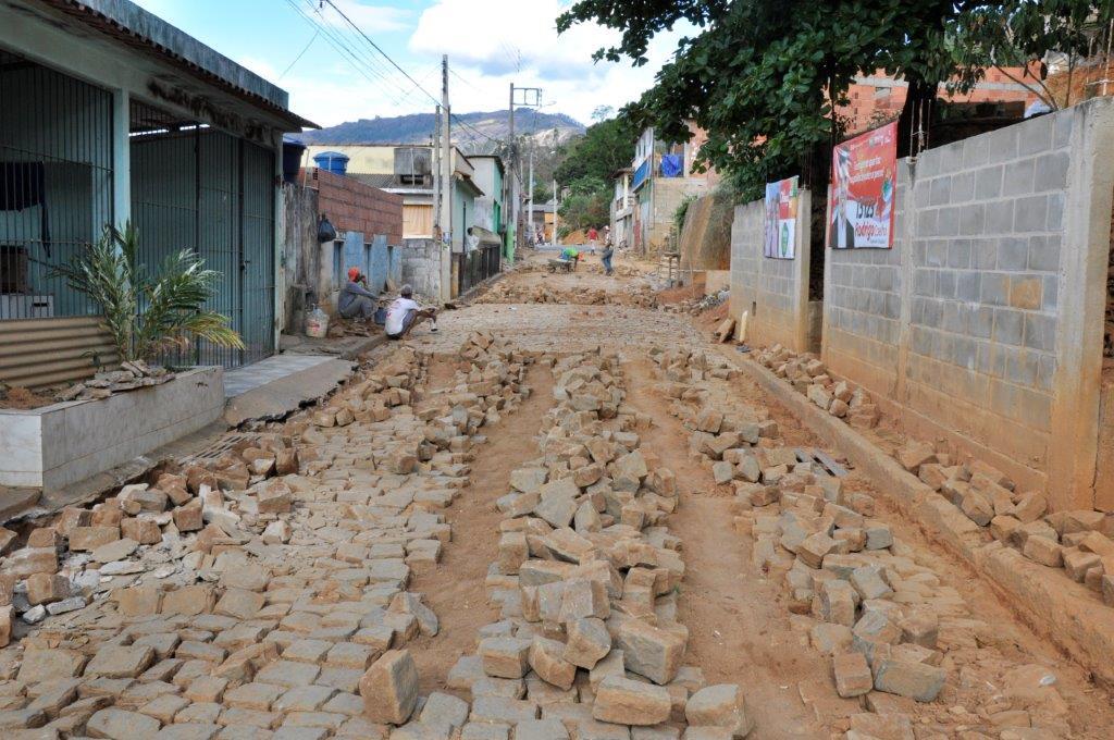 Calçamento da rua José Colnago está sendo recuperado