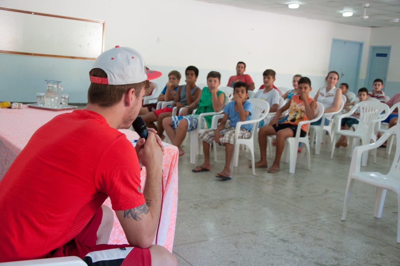 Atletas participam de bate-papo com o jogador Luiz Henrique