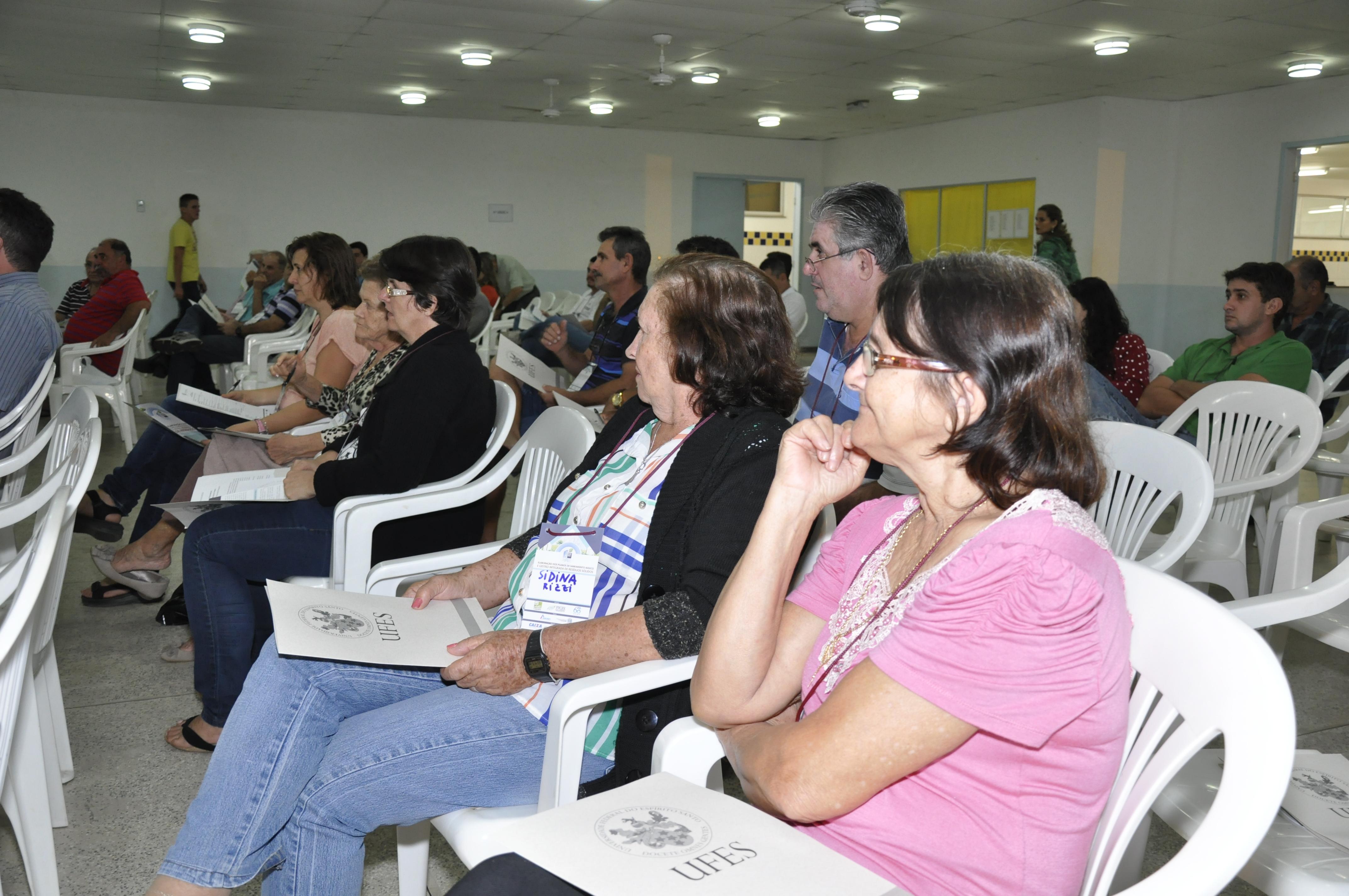 Moradores de Itarana participam da elaboração do Plano Municipal de Saneamento Básico
