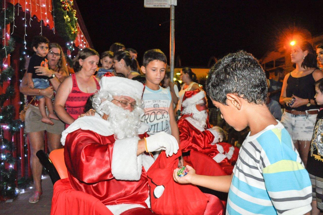 Papai Noel e Feirinha Família na Praça Especial de Natal animaram o sábado (20)